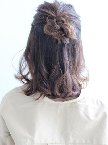 ヘアアイロンで波ウェーブを作り、全体的にワックスを揉み込みます。お花をイメージしてハーフアップにアレンジして、仕上げにヘアスプレーでキープして完成!バッグスタイルがとっても可愛らしいヘア、オフィスシーンにぴったりですね!
