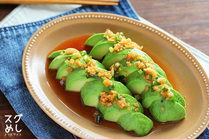 とろっと濃厚なアボカドに、さっぱりした和風の香味だれをかけた副菜。単品野菜の料理なのに、おかずとしての存在感のある一品です。色合いも美しく上品で、おもてなしにも使えます。
