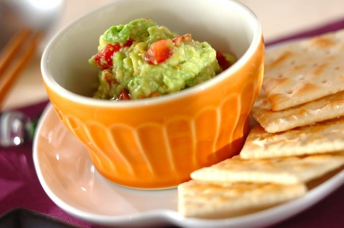 アボカドのおいしさを存分に味わえるメキシコ料理のワカモレは、まろやかな風味と口当たりが魅力のディップ。熟しすぎてしまったアボカドでも、ディップなら大丈夫ですね。クラッカーなどにたっぷりつけて召し上がれ。