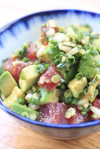 こちらは、アボカドと最強コンビのまぐろを合わせたポキ。ハワイ料理ですが、和の調味料をきかせて、濃厚なアボカドのおいしさをさっぱりと味わいます。