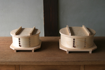 左はシュウマイや一人前の蒸し野菜、一人分のご飯を温め直すときに便利な5寸サイズ。右は二人分のご飯を温め直すのに適している6寸サイズです。