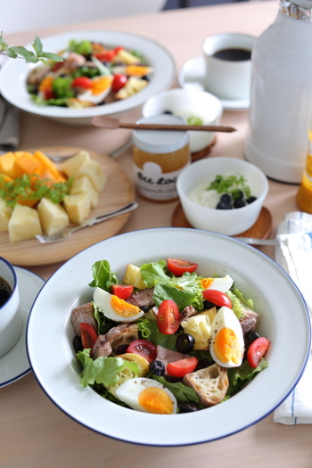 美しく魅せるサラダを作るには、うつわは一回り大きなものを選ぶと余白が活きて見栄え良くなります。余白があると、丁寧で上品に盛り付けられているように見えますね。