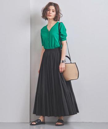コンパクトなデザインのカーディガンは、ボリュームのあるフレアスカートと好相性。鮮やかなグリーンをポイントにした上品な着こなしは、デイリーはもちろんのこと、春夏シーズンの旅行にもおすすめです。