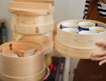 木曽さわら、吉野ひのき等、日本の素材を使い作られた日本製の和せいろ。和せいろは調理中の水分を適度に吸収するので、金属製の蒸し器のように水滴で水っぽくなることがありません。さらに分厚い蓋が蒸気をしっかり閉じ込めてくれるから、料理をじっくりおいしく蒸かすことができます。