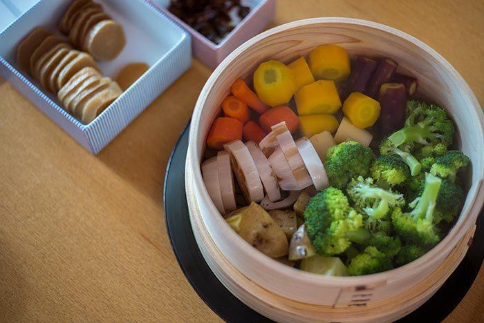 手軽に食材を温められるのは電子レンジですが、あえてせいろを使うことには電子レンジにはないメリットがあります。せいろならではの良さといえば、野菜を蒸すと味・甘みが増し、栄養価が溶け出さないのでヘルシーなこと、お肉は余分な脂が落ちて、脂っぽさやカロリーが抑えられることが挙げられます。