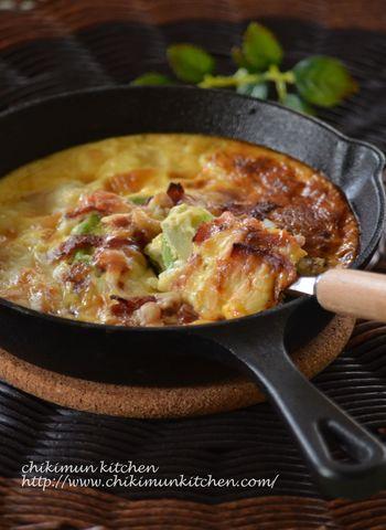 アボカドとじゃがいものスライスを交互に重ね、ベーコンとチーズをトッピング。あとは卵液を流し入れ、オーブンで焼くだけです。スキレットを使うと、そのままテーブルに出せておしゃれですね。