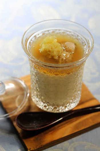 はまぐりのお出汁がじんわりしみる茶わん蒸しです。貝出汁と卵だけで作った茶碗蒸しの上に、さらに貝出汁あんをのせて。