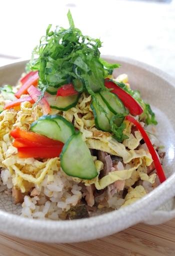 ほっこり温かい鮭の蒸し寿司にシャキシャキ野菜を合わせて。寒い季節にも食べられる温かいお寿司です。