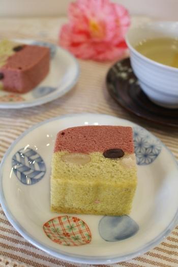 桜色と桜の葉パウダーで、春らしい浮島を。ふんわり、しっとりしたおいしさは和菓子が苦手な方にも好まれる味です。