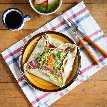 生ハム、豆苗、チーズ、卵で作るランチやブランチにピッタリの惣菜ガレット。生ハムとチーズの塩気がほどよく、豆苗のグリーンもさわやかで、何度もリピしたくなるシンプルで味わい深いガレットです。