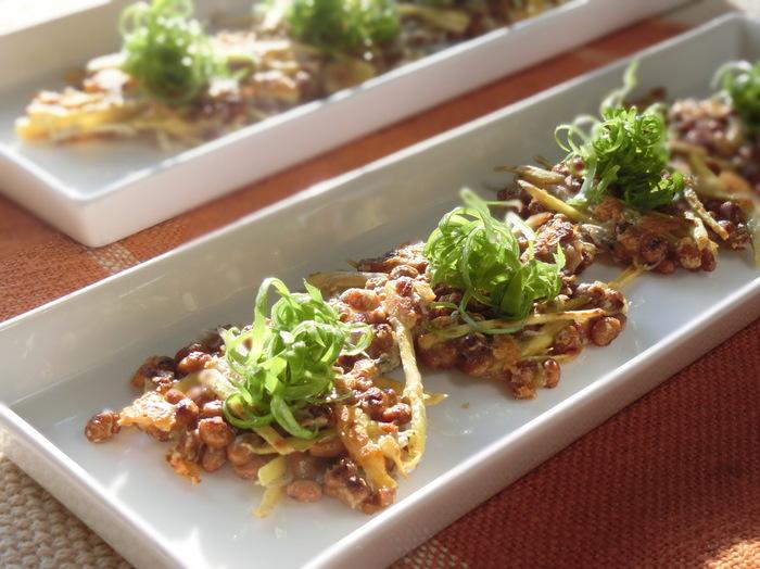 さつまいもや納豆で作る見た目もオシャレな納豆ガレット。お酒のおつまみや、おもてなしの前菜、またはおやつにも◎。さつまいもと納豆、チーズとちりめんじゃこの組み合わせが絶妙で、納豆が苦手な方でも美味しくいただけるかも。