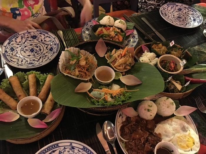 春巻きがあったり、野菜いためがあったり、お隣ベトナムをはじめ、アジアの様々なフードカルチャーが結集しているような、カンボジアのレストランメニューです。