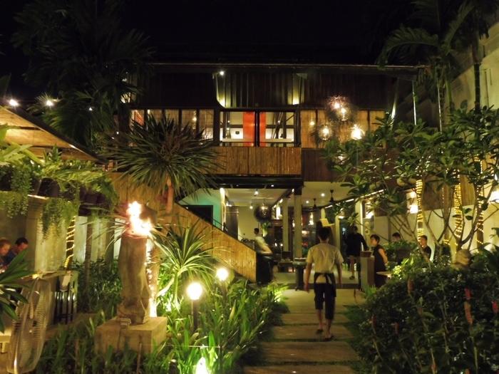 観光客向けの素敵なお店がシェムリアップの市街地に点在しています。女子旅にピッタリの素敵な雰囲気のレストランがたくさんあります。  基本的にどんな季節に行っても暑さの厳しいカンボジアの気候。遺跡群を廻るのも一苦労で、体力を消耗します。 夜はそんな身体を癒してくれる素敵なレストランで、舞踊や食事を楽しみましょう。