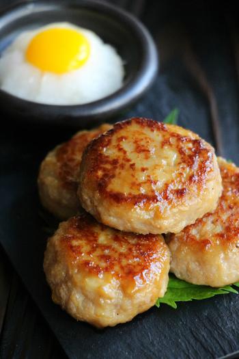 めんつゆを活用した、フライパンで作れるつくねのレシピ。照り焼きの甘辛とからしの辛みの相性が良く、ご飯のおかずにもおつまみにもなる優秀な一品です。