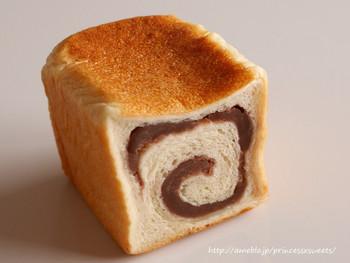 あんこ入り食パンとは、生地の中にあんが練り込まれた食パンのこと。練り込まれているのが粒あんかこしあんか、渦巻状かマーブル状かなど、お店によって個性があり、その風味や食感も異なります。