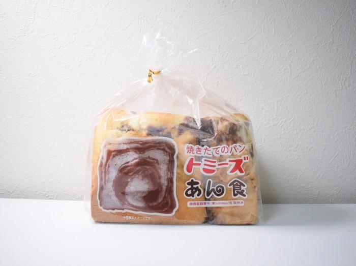 西のあん入り食パンといえば、真っ先に名前が挙がるのが「トミーズ」。パン屋の激戦区である神戸で古くから愛され、「あん食」は1日で1000本を売り上げる日もあるほどの人気ぶり。今や関西をはじめ全国にファンを持つ、あん入り食パンの名店です。