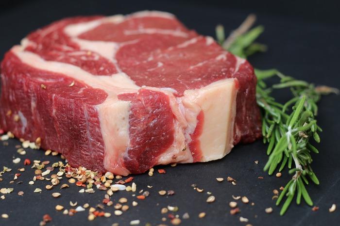肉や魚などに含まれる動物性たんぱく質は、筋肉を維持しつつ、代謝を助けるビタミンB群を多く含んでいるので、ダイエット中こそ積極的に食べたい食材と言われています。中でも、お肉は脂の多い「白い肉」より「赤身肉」を選ぶのが、ダイエット成功のポイント!牛肉はヒレやもも、ロースなど全般、豚肉はヒレ、ももなどの赤色が濃い部分を選ぶことで、より効果が得られるそうです。これらの部位を使った「さっぱり系の肉・魚おかずレシピ」を、お肉とお魚別に以下で詳しくご紹介します。暖かくなるこれからの季節にも食べたくなること間違いなし!