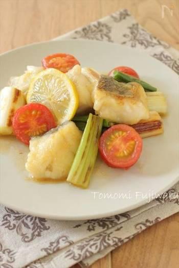 あっさりレモン醤油がくせになる、白身魚と長ねぎのレモン醤油炒め。魚に焼き色が付いたら、レモンを上にのせ、お酒と蒸し焼きにすることがポイント。ふっくらとしたお魚にレモンの風味がしっかりと味わえます。