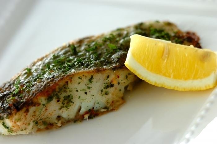 見た目も春らしい、白身魚の香草ムニエル。あらかじめ、パセリと白ワインなどを白身魚になじませてから、小麦粉をはたいて焼くことで、パセリのさわやかな香りをしっかりと感じることができます。