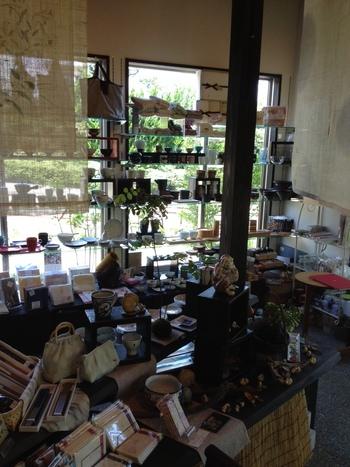 店内には器や雑貨がずらりと並んでいます。待ち時間にこだわりの雑貨を探すのも楽しみのひとつ。手仕事や素材にこだわりのある雑貨など、見応えもばっちり◎