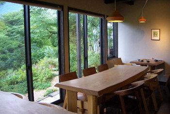 店内は、木製のテーブルや椅子が配置され、ナチュラルな雰囲気が漂っています。窓の外の緑を眺めながら、ゆったりとした時間を過ごせそうですね。
