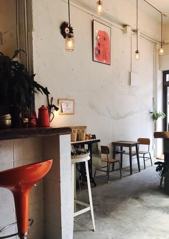 店内は天井が高く、洗練されたおしゃれな雰囲気。カウンターやテーブルなど一人でも友達とも訪れやすく、地元民はもちろん観光客も多い人気店です。