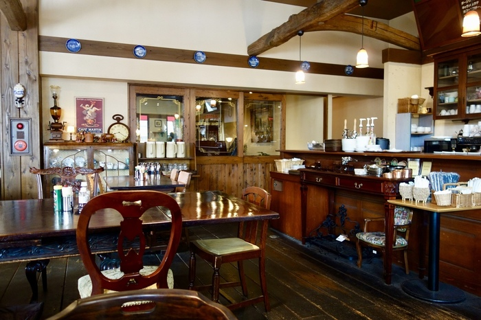 店内には、アンティーク家具や骨董品が並び、レトロな雰囲気が感じられます。落ち着いた空間で癒しの時間を過ごせますよ。