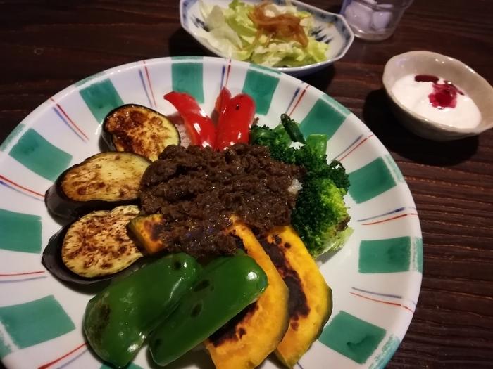 野菜とスパイスだけで作られた野菜カレーは、彩り鮮やかなグリル野菜がたっぷりトッピングされたこだわりの逸品。二十穀米もヘルシーで、ミニサラダ&ヨーグルト付きです。