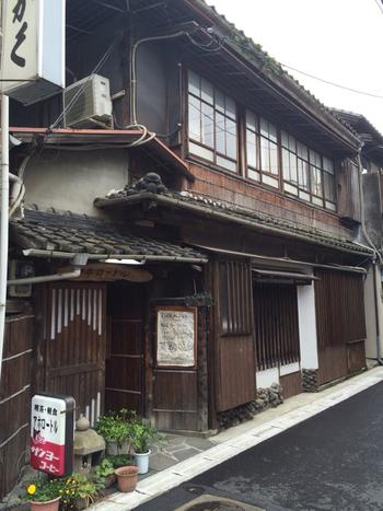 """どこか昭和の雰囲気を感じる「アホロートル」は、元々置屋だった場所をリノベーションした古民家風カフェ。ちょっぴり変わった店名は""""ウーパールーパー""""という意味だそう。"""