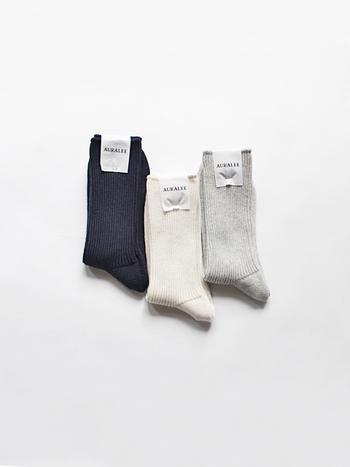 """""""自分たちが思う本当に良いと思う素材を追求する""""をコンセプトに、2015年にスタートし瞬く間に人気となった「AURALEE(オーラリー)」。上質な素材の靴下で足元から洗練されたスタイルに。"""