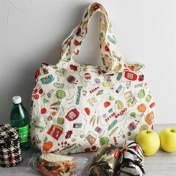 ちょっぴり懐かしさを感じるような、ポップなデザインのエコバッグです。保冷・保温機能が備わっているので、特に夏場のお買い物にはぴったりなアイテム。丸めると手のひらサイズになる、とっても実用的なエコバッグです。