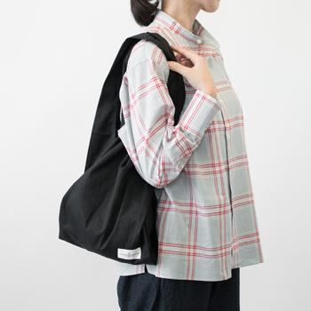 シンプルなこちらの黒のエコバッグは、厚みのあるオーガニックコットン素材でシワが寄りにくいのが特徴のアイテムです。飾り気のないデザインだからこそ、どんな服装にも合わせやすくサブバッグとしても大活躍してくれます。
