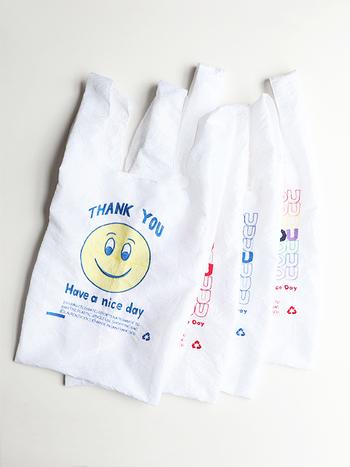 """サンフランシスコで使い捨てのレジ袋が禁止された際に作られた、「THANK YOU TOTE(サンキュートート)」のエコバッグ。光沢感のある生地に描かれた""""THANK YOU""""のメッセージとにっこり笑顔は、コーディネートに遊び心をプラスしてくれます。"""