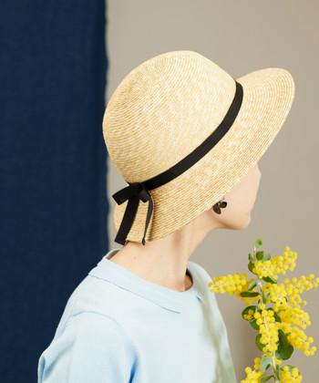 ころんと丸みを帯びたシルエットが、どこか懐かしさを感じさせるような麦わら帽子です。つばが広めに作られているので、大人っぽく着用できます。サイズを調節できるアジャスター付きなのが、嬉しいポイント♪