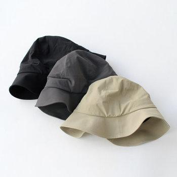 ナイロン生地を採用し、高密度に折ったシンプルなハット。さらっとしたドライタッチで、ロングシーズン活用できる帽子です。レザーのあご紐が付属しているので、ありなしで雰囲気を変えられます。