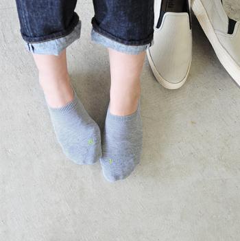 """人間工学に基づいて作られている「FALKE(ファルケ)」の""""COOL KICK INVISIBLE(クールキックインビジブル)""""という名前のスニーカーソックスは、足の甲の部分までしっかり覆い、包み込まれるようなフィット感で快適に身につけることができます。"""