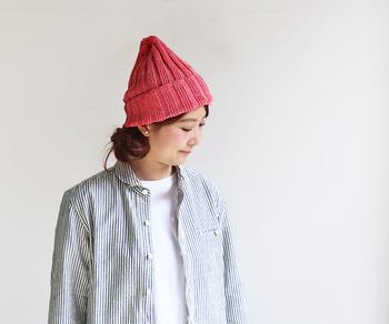 ざっくりと編まれた、リネン素材のニットキャップです。春夏もニット帽を被りたいけど、暑くて蒸れてしまうというお悩みを持つ方にもぴったり♪全26色展開なので、お揃いアイテムとしてゲットしてもよいですね。