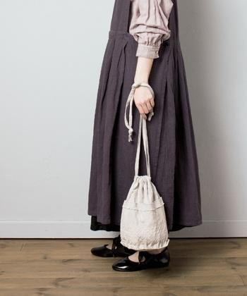 トレンド感たっぷりな、リネン素材でバケツ型の巾着バッグです。紐の結び方次第で持ち手の長さを変えられるので、ショルダーバッグ・ハンドバッグ・斜めがけなど、コーデや気分に合わせた持ち方が楽しめます。