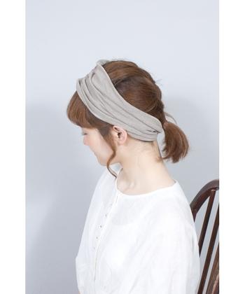 リネン100%の素材で作られた、シンプルなヘアバンドです。いつものヘアアレンジやひとつ結びもヘアバンドをプラスするだけで、こなれ感がグッと高まりますね。