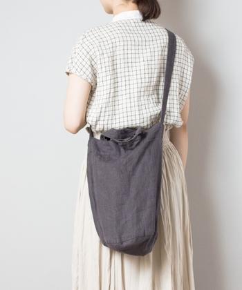 ショルダーバッグと手提げバッグの、2wayとして使えるリネン素材のバッグ。落ち着いた色味のチャコールグレーが、淡色が多めのナチュラルコーデに重さと大人っぽさをプラスしてくれます。