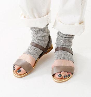リネンとオーガニックコットンを使った、サンダル用の靴下です。つま先部分が大きく開いた靴下は、素足でサンダルを履くのが苦手という方にもおすすめ。ちらりと見えるリネン素材がおしゃれです。