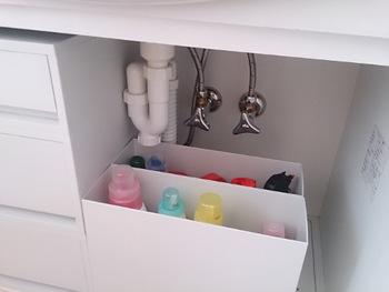 毎日使う洗濯洗剤は、洗面台下に無印のPPファイルボックスに並べて取り出しやすく。 中身のカラフルさが隠せるので、洗剤をおしゃれなボトルに詰め替える必要もありません。  万が一液だれしたときも、ファイルボックスを丸ごと水洗いもすればOK! 扉の中に隠す収納なので、ホコリが溜まりにくいのも嬉しいポイントです。