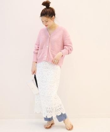 女性らしい雰囲気が魅力のピンクのカーディガンは、デニムにレーススカートを重ねた上品なレイヤードスタイルとも好相性。クリーンな「白」をポイントにすることで、春らしく軽やかな印象のコーディネートが楽しめますよ◎。