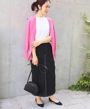 上品なピンクのカーディガンに、ロングスカートを合わせた女性らしい雰囲気のコーディネートです。トップス以外を全てダークカラーでまとめた、シックで大人っぽい着こなしが素敵ですね。