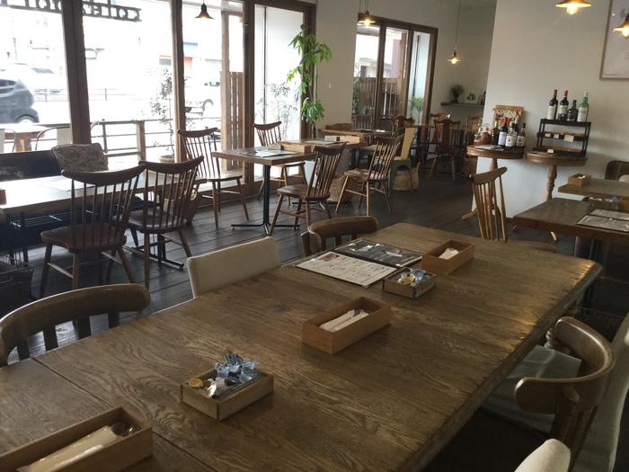 木製家具がレイアウトされた店内は、テーブル・ソファー・テラス席があります。テラス席はペットの同伴が可能なのも嬉しいですね。