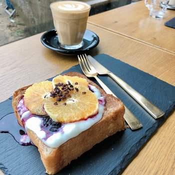 コーヒーはもちろん、軽食のオープンサンドもとっても美味しいんです。芳醇な香りのコーヒーとフルーティーなマリアージュを楽しんで♪