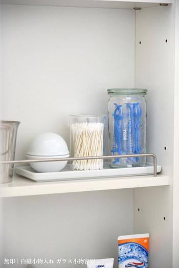綿棒の収納には、無印のガラス小物容器・小サイズが便利。  ガラス容器は見た目の可愛さだけでなく、残量がはっきりわかるところも魅力です。  細々したグッズを無印の白磁トレーに収納すれば、すっきりするだけでなく、まとめて移動できます。