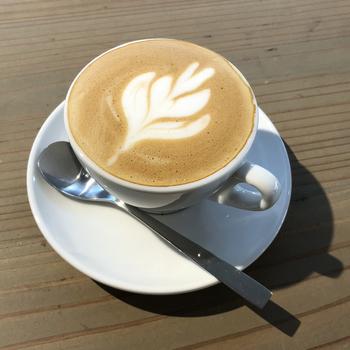 本日のコーヒーやストレート、カフェインレス、カフェラテ、キャラメルマキアートなど種類豊富です。店舗限定の午後3時のブレンドなど、スイーツに合うコーヒーもご用意。他にも、フローズンドリンクや紅茶、季節のメニューもありますよ♪