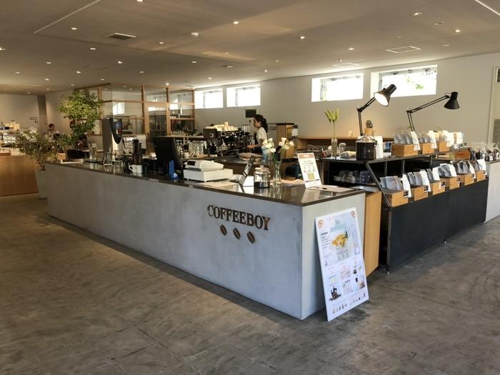 広々とした店内は、コーヒーの芳醇な香りに包まれています。