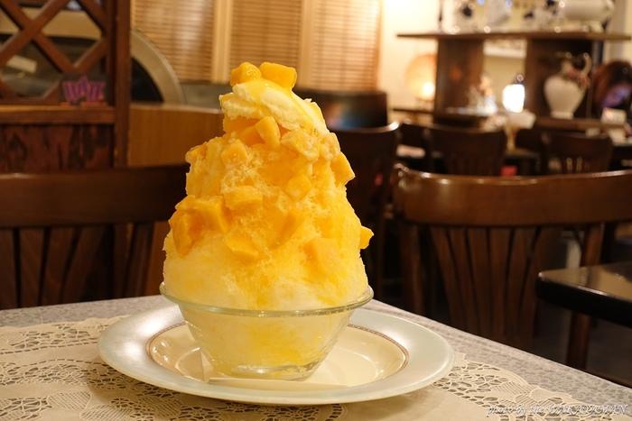 こちらが名物の「黄熊」。トッピングとソースに、甘みや酸味の異なる3種類のマンゴーソースをかけ、マンゴー・バナナ・バニラアイスをトッピングした贅沢な一杯です。